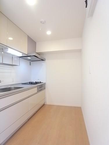 キッチンには冷蔵庫と食器棚が並べておけます!