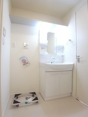 洗面脱衣所の上部には便利な棚有り!