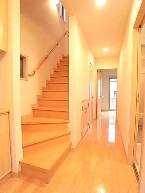 1階廊下と2階への階段!