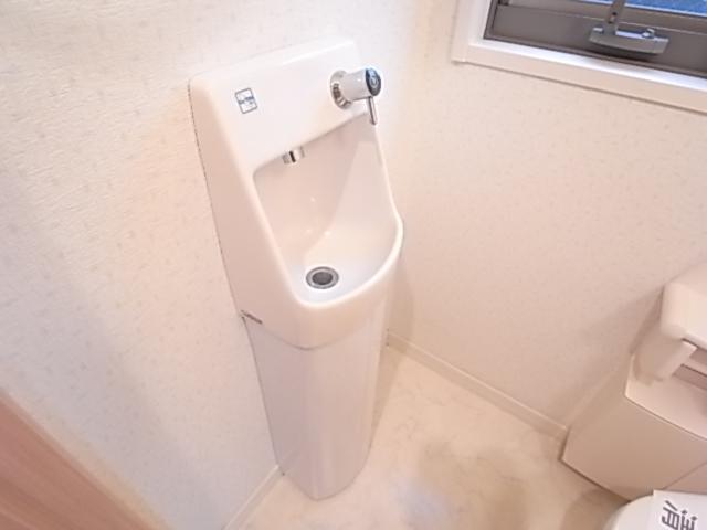 トイレには手洗い器付き!