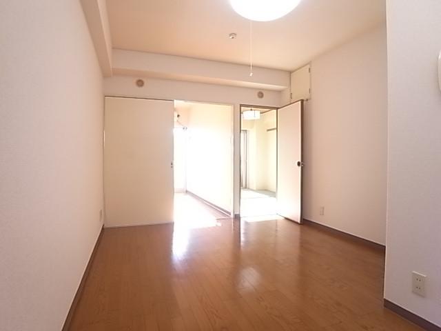 隣の洋室を通して光が入ります!