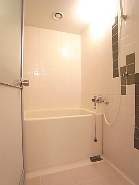 浴室で一日の疲れを癒しましょう♪壁のタイルがオシャレ。