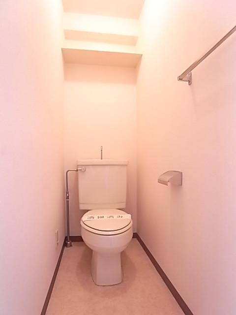 トイレ。上部には棚が有ります!