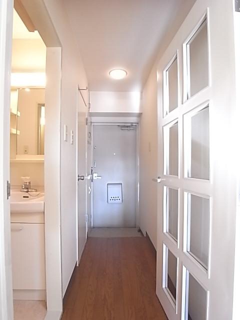 室内から玄関方向を撮影。