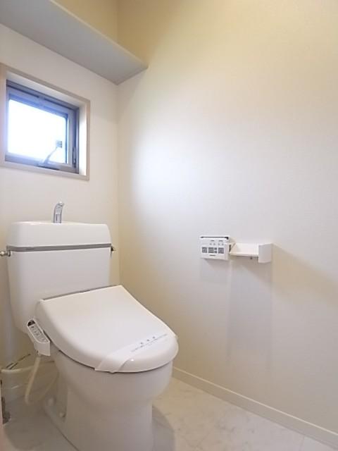 温水洗浄便座付きのトイレ!換気小窓付き。上部棚にはペーパー類のストックを!
