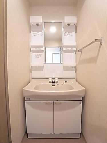 化粧品類もたくさん置ける棚の付いた洗面化粧台!
