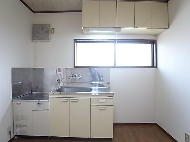 キッチンには窓もありダイニングを明るくします!
