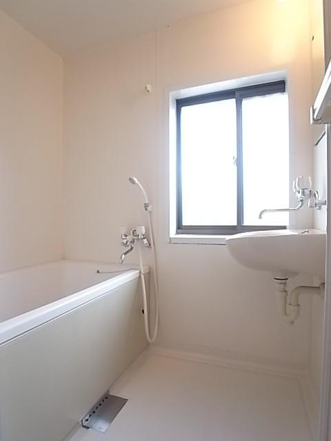 浴室に窓があるのも希少です!換気に長けてカビを防止します!