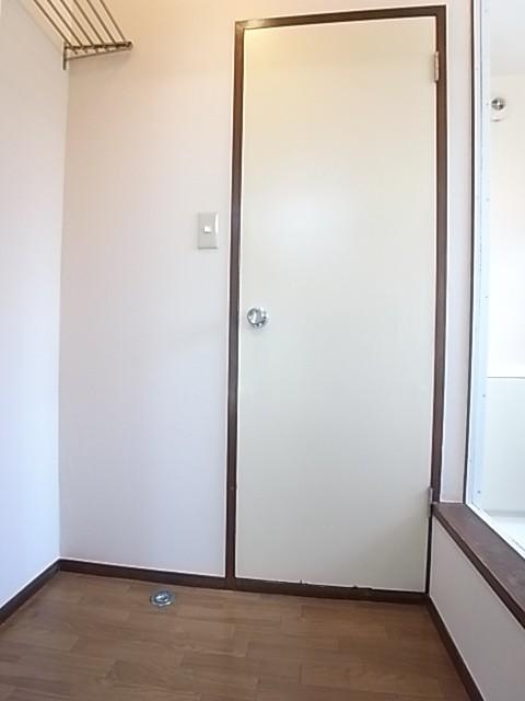 脱衣所です。左側が洗濯機置場で正面扉がトイレ、右手は窓の付いた明るい浴室です!