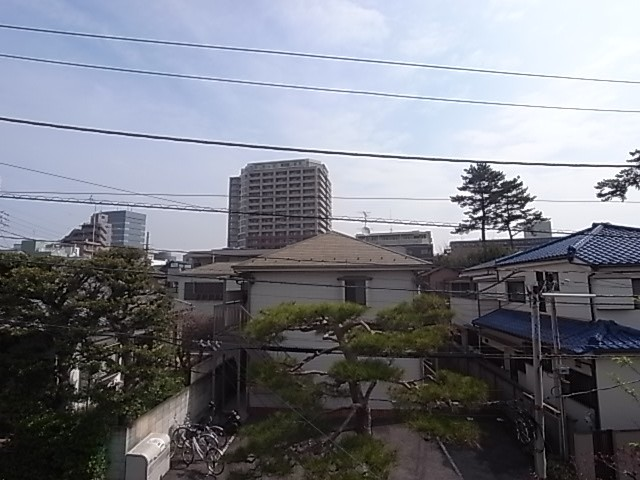 和室で窓からの東側風景。高い建物がなく、朝日が気持ちよく差し込んできます!