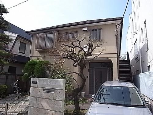 建物右手の階段を上った1世帯のみ賃貸となります。
