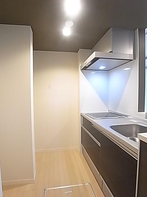大きな収納が便利なシステムキッチン!足元には床下収納!