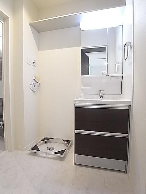 ゆとりのある洗面脱衣所!上部の棚も便利にお使いいただけます!