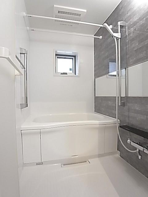 追い焚きと浴室乾燥も付いた浴室。小窓もあります!
