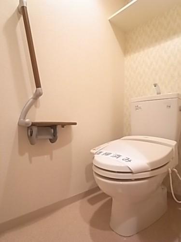 温水洗浄便座付きトイレ。手すりもついています!