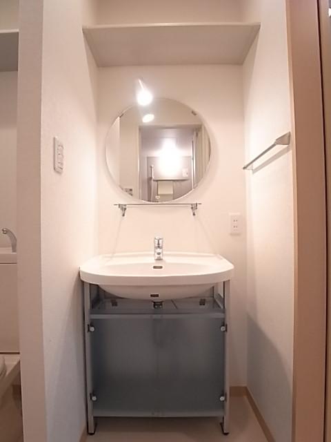 丸型ミラーを配した洗面台がオシャレ!