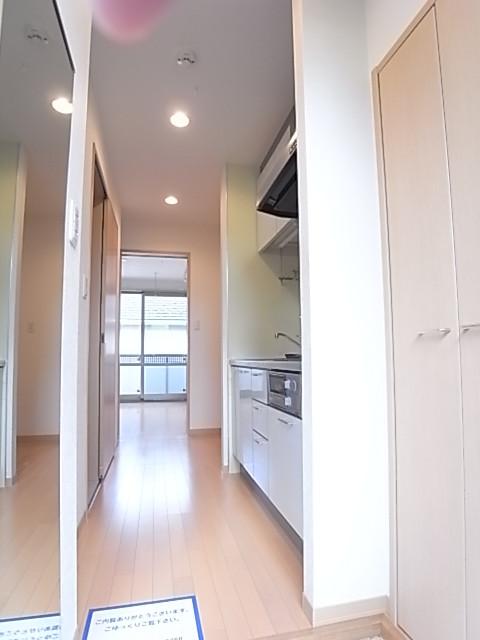 玄関から洋室を見た写真です!玄関にミラーがあるのが便利!