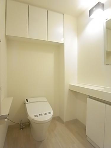収納棚、手洗までついたスタイリッシュなタンクレストイレ!