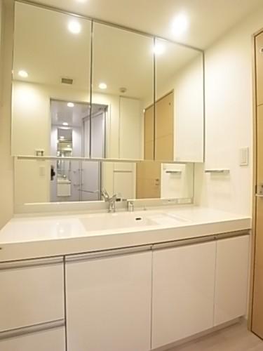 大型の洗面台。大型ミラーの3面鏡付きです。