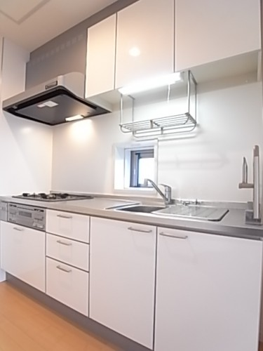 収納棚豊富なシステムキッチン!換気窓もあります!