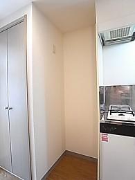 冷蔵庫置場。単身タイプの冷蔵庫なら心配なく置けます!幅64.7×77×高220