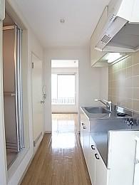 廊下兼キッチン。幅が広くお料理中も狭さを感じさせない。