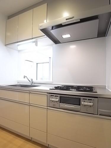 収納豊富なキッチン!明るい色を選択しているので気持ちが良い!