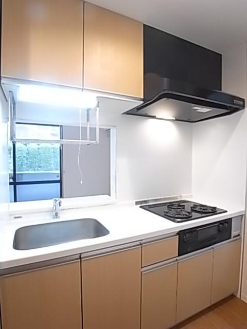 窓のある明るいキッチンは収納豊富!