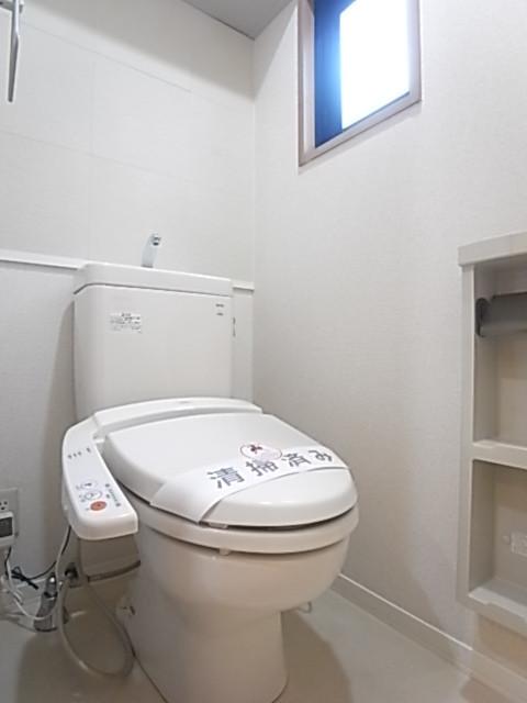 温水洗浄便座付きのトイレ!換気小窓付き!