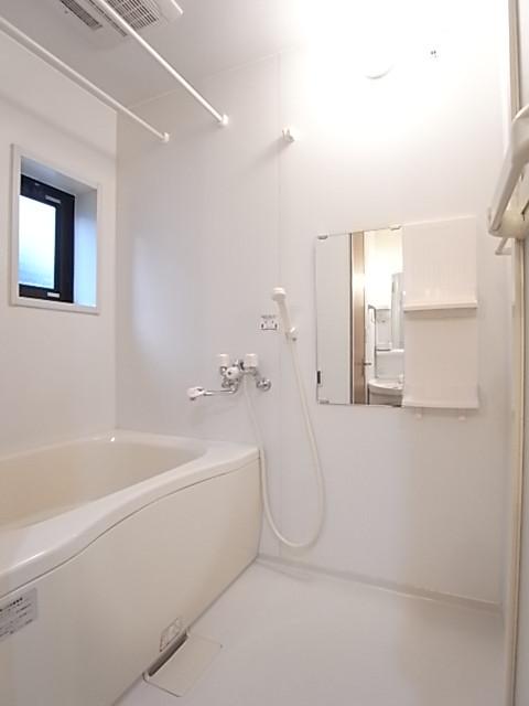 清潔感のあるバスルームも換気小窓付き!一日の疲れを癒してください!