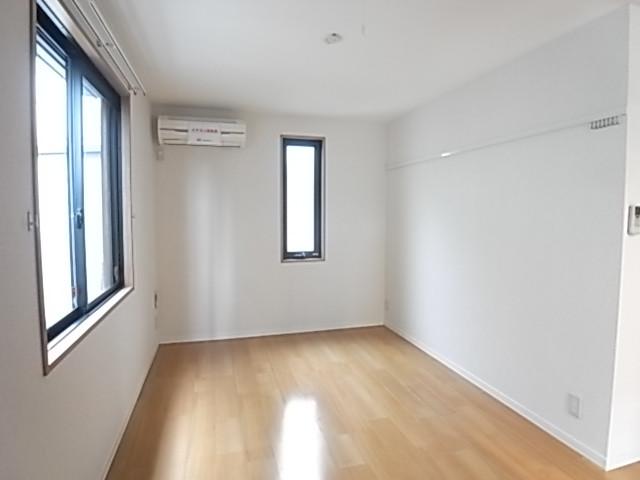 洋室も2面採光!壁には便利なフック付き!