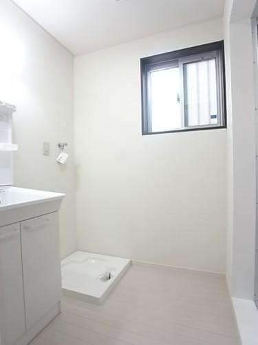 洗面脱衣所は窓があり、換気に配慮!