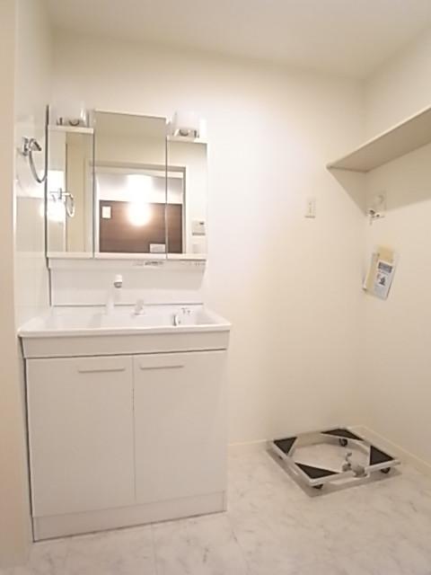 広めの洗面脱衣所にはお好みの洗濯機が置けます!上部の棚も便利!