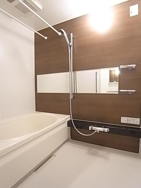 モダンな浴室は乾燥機能付き!広めのお風呂で一日の疲れをゆったり癒せます!
