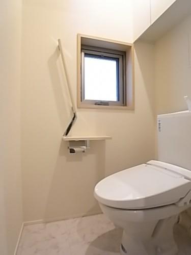 窓のあるトイレは温水洗浄便座!