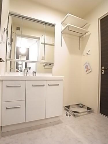 洗濯機置き場の上部には便利な棚が設置されています!