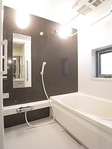 窓のある浴室は追い焚き・乾燥機能付き!一日の疲れをゆっくり癒して下さい!