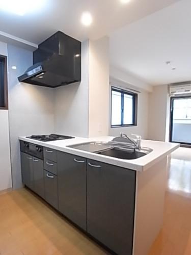 窓のある明るいキッチン。スペースも充実!