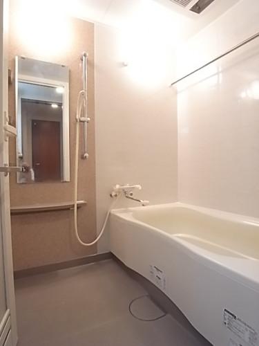 広めの浴槽で一日の疲れを癒してください!追い焚き、乾燥機能付き!