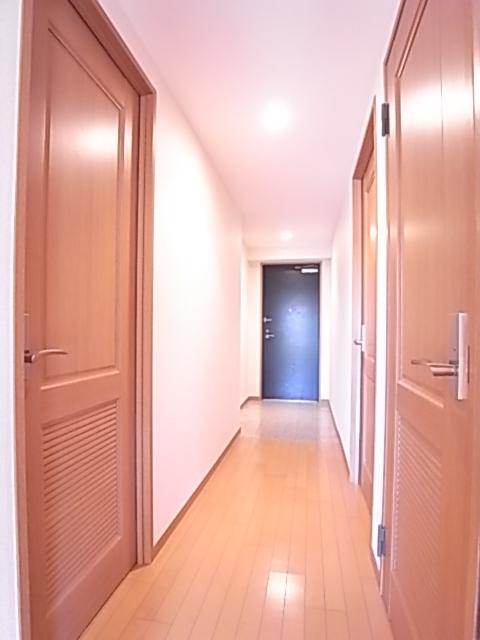 明るい廊下が帰宅時に温かさを感じさせる。