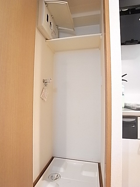 扉をつけた洗濯機置場。生活感を隠せます!