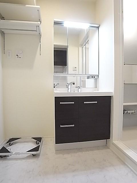 洗濯機置き場の上部には便利にお使いいただける棚もついています!