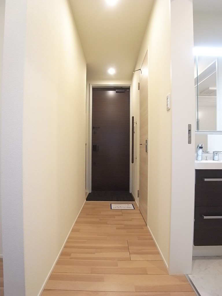 室内から玄関方向を撮影!