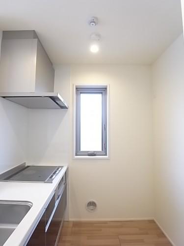 窓のある明るいキッチンは背面のスペースもゆったり!