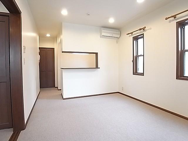 床は高級カーペット敷き!照明はダウンライト!雰囲気があります!