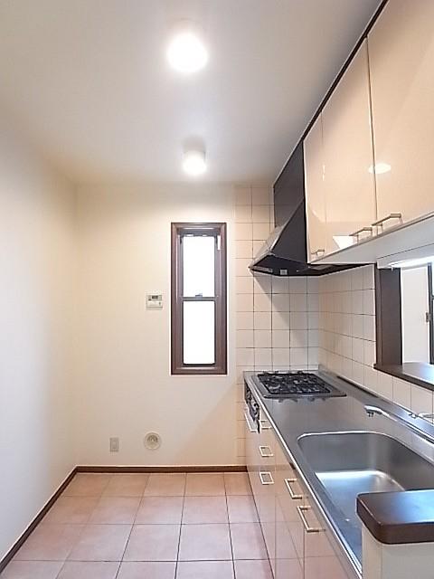 キッチンの床はテラコッタ!ヨーロッパ的な雰囲気があります!