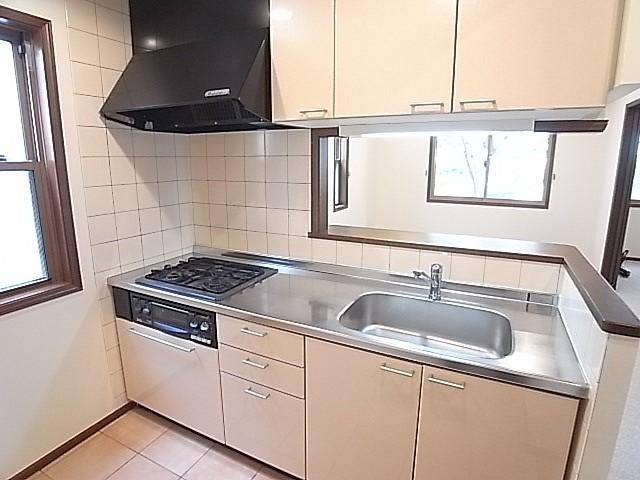 収納豊富なシステムキッチン!ガス3口でグリル付きです!