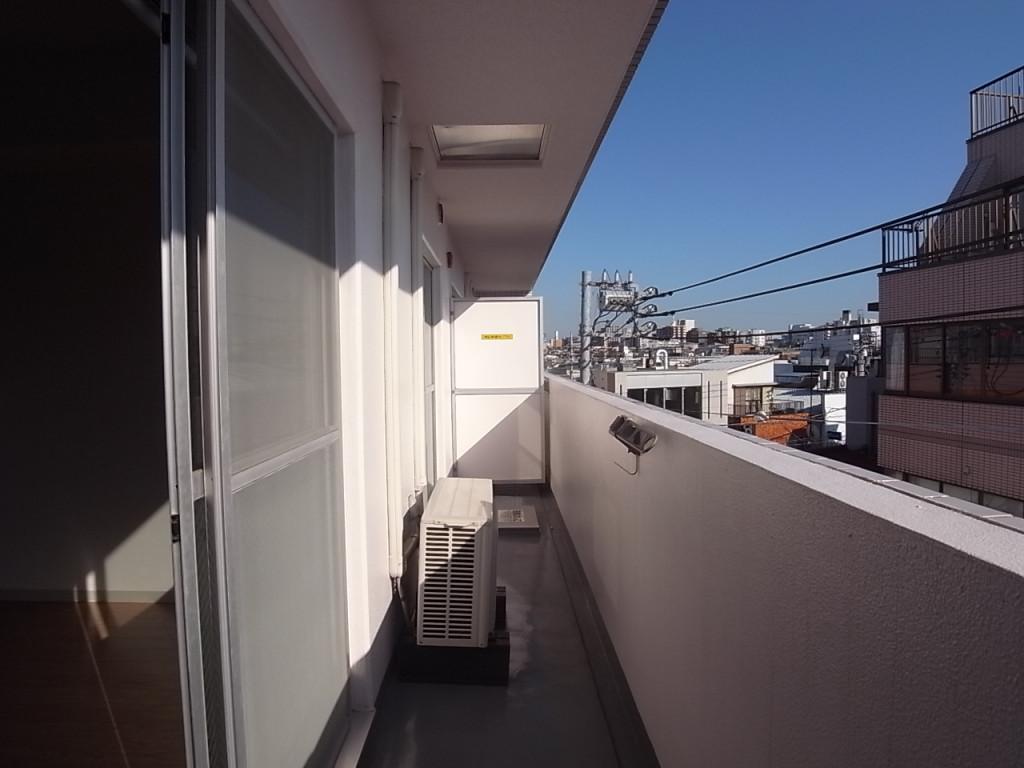 リビングと洋室の幅があるバルコニー。洗濯物がたくさん干せます!