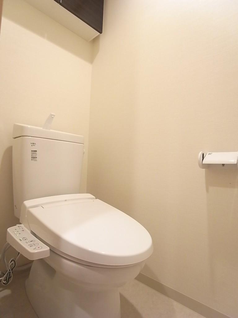 トイレは温水洗浄便座!上部の棚も便利にお使いいただけます!