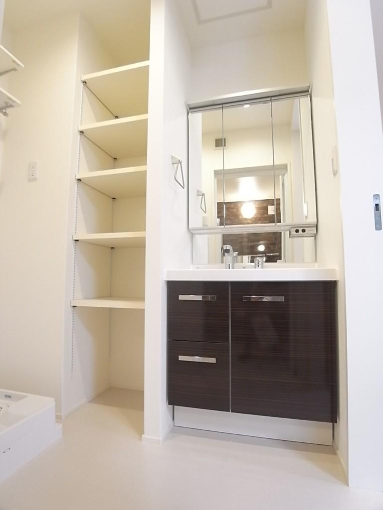 洗面台の脇は洗濯機置き場!上部の棚は高さの調節ができて便利!